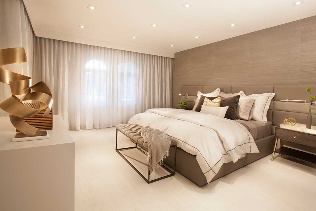 Top interior designers tips for a luxurious bed for Brown neutral bedroom ideas