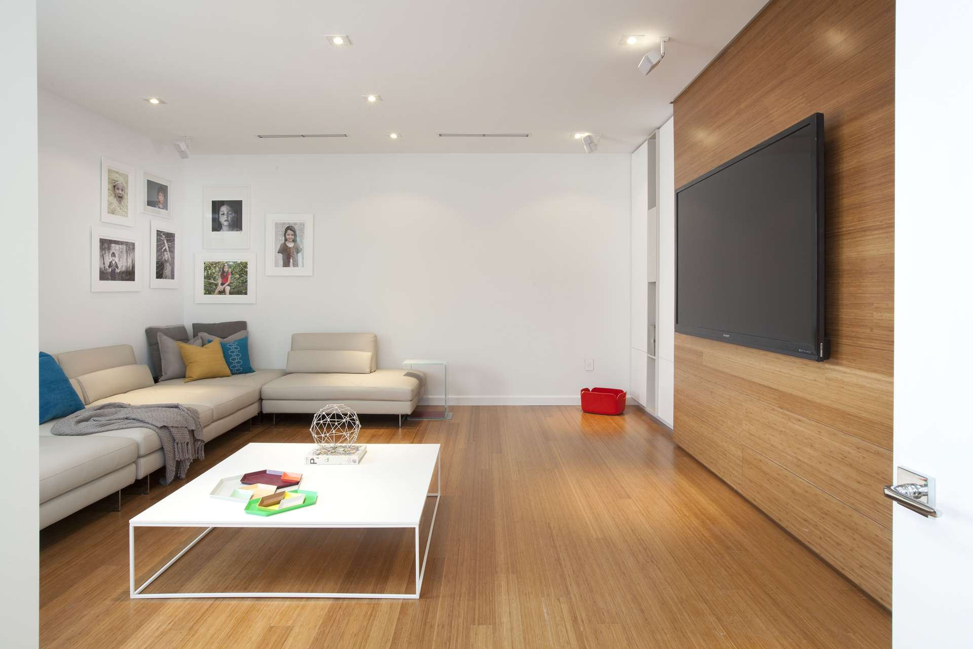 Detailed minimalism dkor interiors for Minimalist flooring